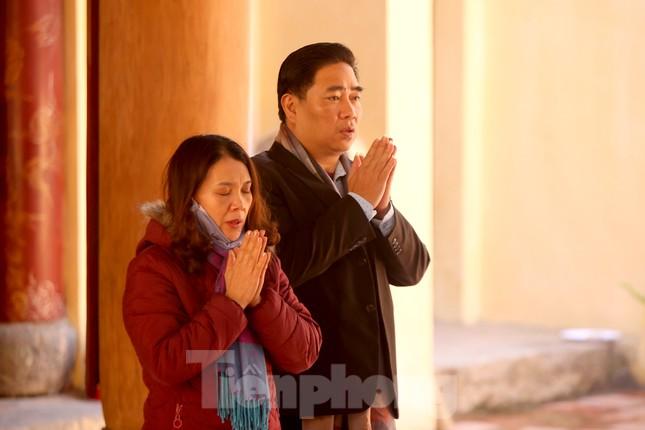 Nhiều người Hà Nội tranh thủ nghỉ trưa đi lễ 'Tứ trấn' ngày mùng 1 cuối cùng của năm ảnh 2