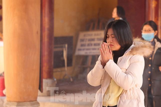 Nhiều người Hà Nội tranh thủ nghỉ trưa đi lễ 'Tứ trấn' ngày mùng 1 cuối cùng của năm ảnh 3
