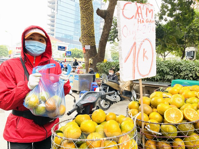 Hoa quả giá rẻ không rõ nguồn gốc bày bán ngập phố Hà Nội ảnh 11