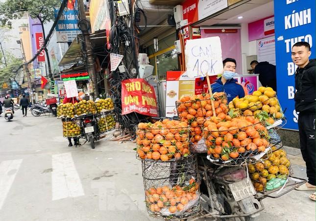 Hoa quả giá rẻ không rõ nguồn gốc bày bán ngập phố Hà Nội ảnh 3
