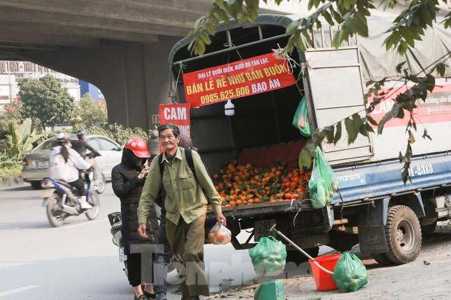 Hoa quả giá rẻ không rõ nguồn gốc bày bán ngập phố Hà Nội ảnh 5