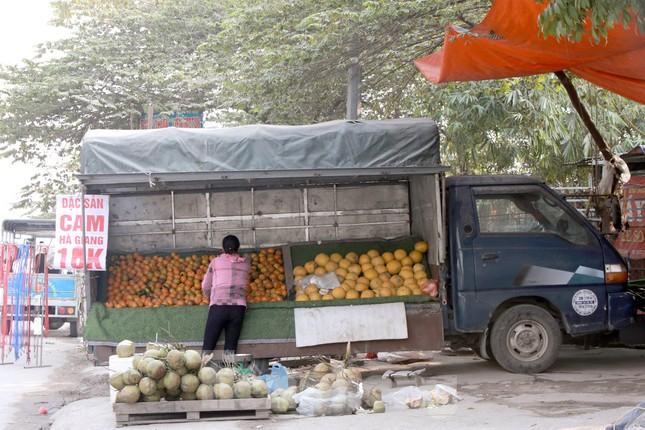 Hoa quả giá rẻ không rõ nguồn gốc bày bán ngập phố Hà Nội ảnh 6