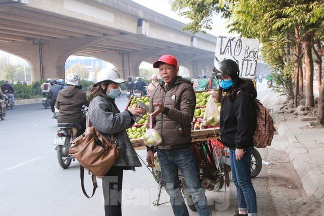 Hoa quả giá rẻ không rõ nguồn gốc bày bán ngập phố Hà Nội ảnh 8