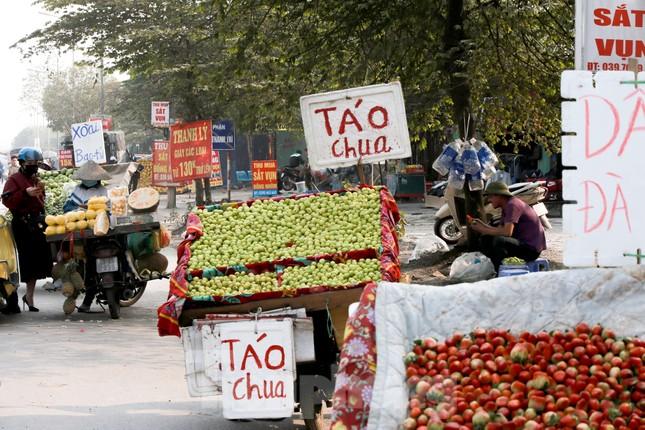 Hoa quả giá rẻ không rõ nguồn gốc bày bán ngập phố Hà Nội ảnh 1