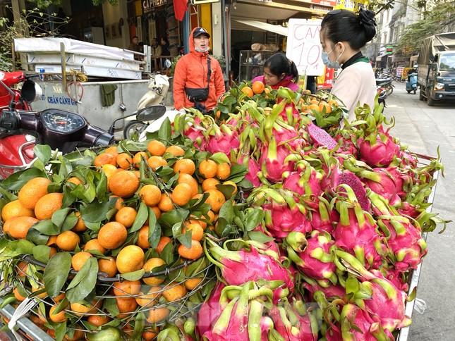 Hoa quả giá rẻ không rõ nguồn gốc bày bán ngập phố Hà Nội ảnh 2