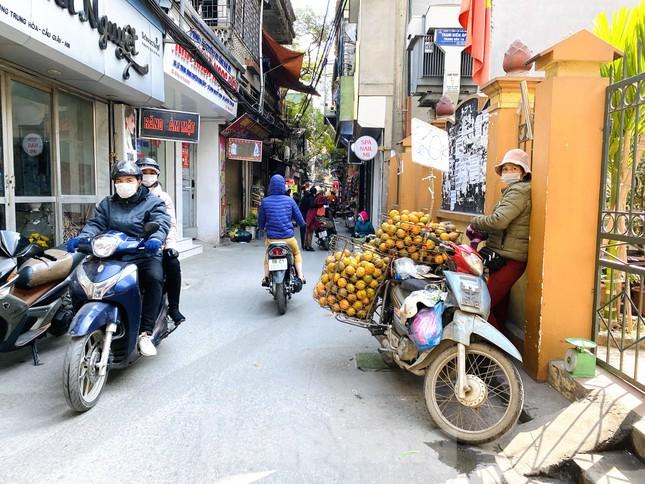 Hoa quả giá rẻ không rõ nguồn gốc bày bán ngập phố Hà Nội ảnh 9