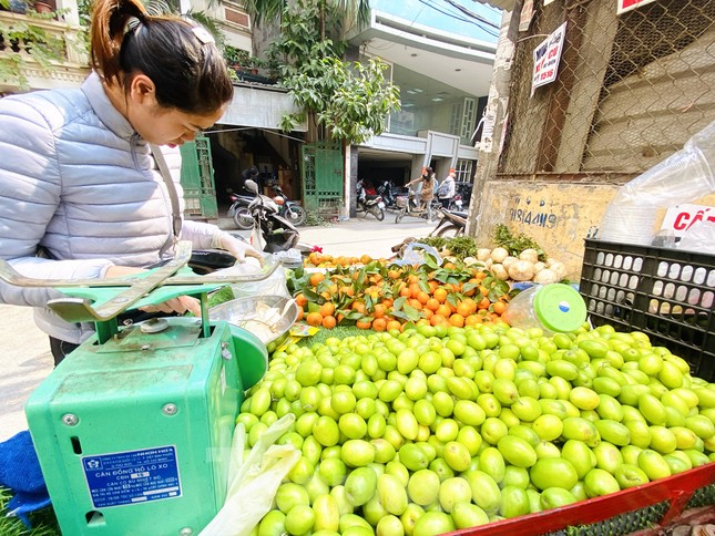 Hoa quả giá rẻ không rõ nguồn gốc bày bán ngập phố Hà Nội ảnh 10