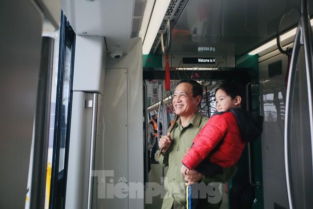 Có gì bên trong đoàn tàu metro Nhổn - ga Hà Nội? ảnh 3