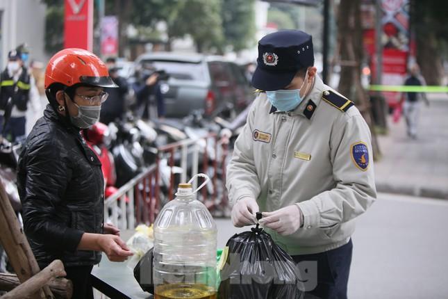 Cận cảnh 2 khu vực bị phong toả khẩn cấp ở Hà Nội vì có ca mắc COVID-19 ảnh 3