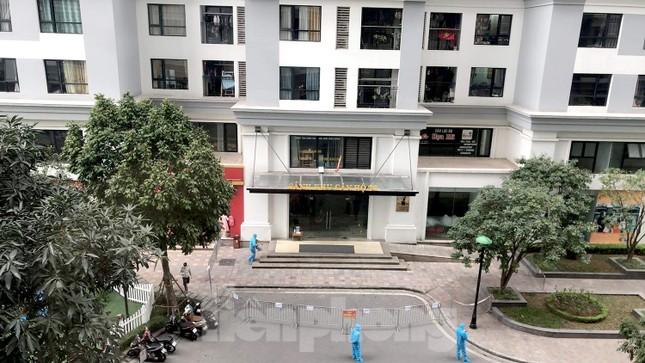 Cận cảnh 2 khu vực bị phong toả khẩn cấp ở Hà Nội vì có ca mắc COVID-19 ảnh 1
