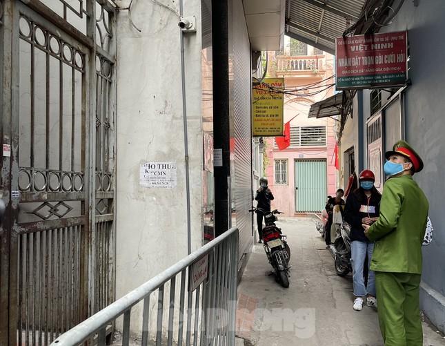 Cận cảnh 2 khu vực bị phong toả khẩn cấp ở Hà Nội vì có ca mắc COVID-19 ảnh 8