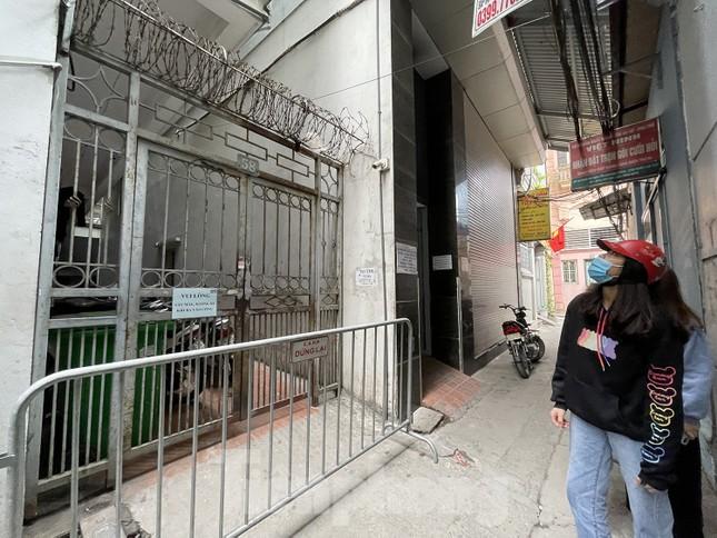 Cận cảnh 2 khu vực bị phong toả khẩn cấp ở Hà Nội vì có ca mắc COVID-19 ảnh 9