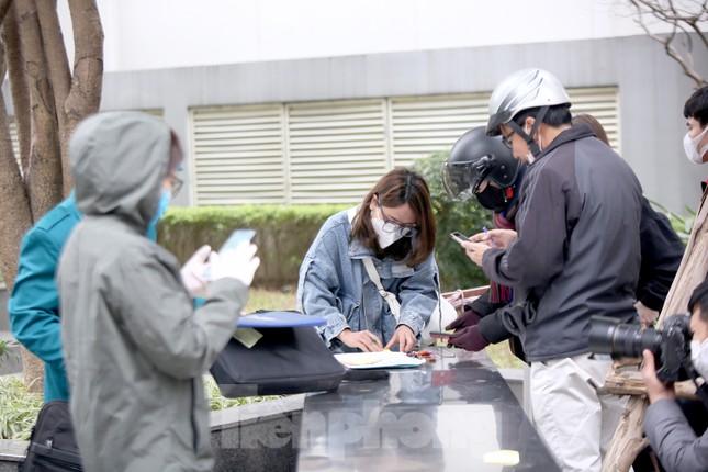 Cận cảnh 2 khu vực bị phong toả khẩn cấp ở Hà Nội vì có ca mắc COVID-19 ảnh 7