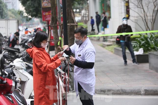 Cận cảnh 2 khu vực bị phong toả khẩn cấp ở Hà Nội vì có ca mắc COVID-19 ảnh 2