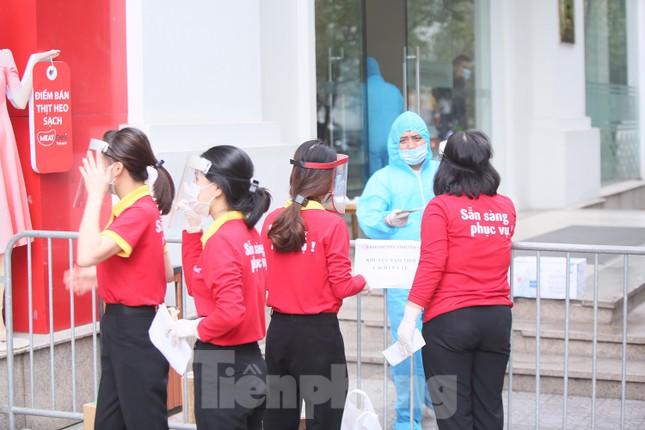 Cận cảnh 2 khu vực bị phong toả khẩn cấp ở Hà Nội vì có ca mắc COVID-19 ảnh 5