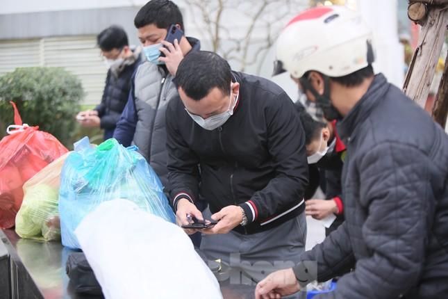 Cận cảnh 2 khu vực bị phong toả khẩn cấp ở Hà Nội vì có ca mắc COVID-19 ảnh 6