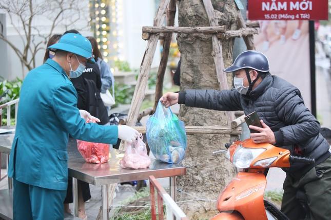 Cận cảnh 2 khu vực bị phong toả khẩn cấp ở Hà Nội vì có ca mắc COVID-19 ảnh 4