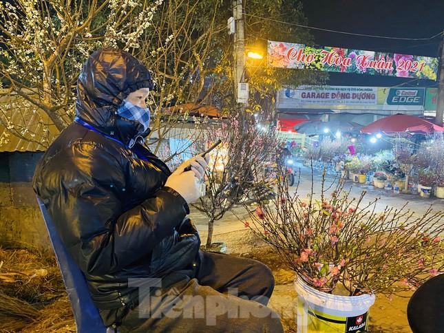 Người lao động, tiểu thương chợ hoa 'ngồi trên lửa' khi dịch COVID-19 bùng phát ảnh 1