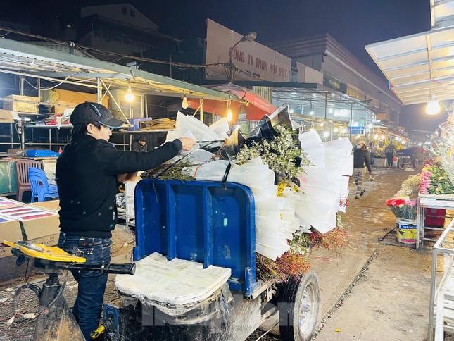 Người lao động, tiểu thương chợ hoa 'ngồi trên lửa' khi dịch COVID-19 bùng phát ảnh 8