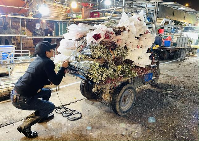 Người lao động, tiểu thương chợ hoa 'ngồi trên lửa' khi dịch COVID-19 bùng phát ảnh 9
