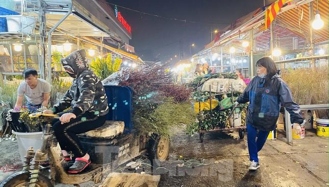 Người lao động, tiểu thương chợ hoa 'ngồi trên lửa' khi dịch COVID-19 bùng phát ảnh 3