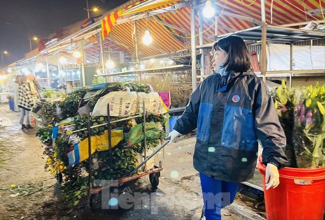 Người lao động, tiểu thương chợ hoa 'ngồi trên lửa' khi dịch COVID-19 bùng phát ảnh 10