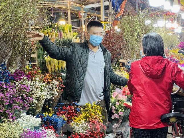 Người lao động, tiểu thương chợ hoa 'ngồi trên lửa' khi dịch COVID-19 bùng phát ảnh 13