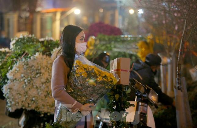 Người lao động, tiểu thương chợ hoa 'ngồi trên lửa' khi dịch COVID-19 bùng phát ảnh 5