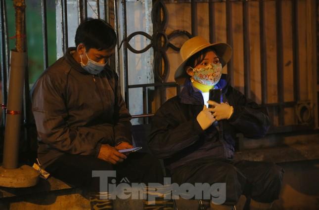 Người lao động, tiểu thương chợ hoa 'ngồi trên lửa' khi dịch COVID-19 bùng phát ảnh 2