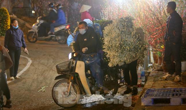 Người lao động, tiểu thương chợ hoa 'ngồi trên lửa' khi dịch COVID-19 bùng phát ảnh 4