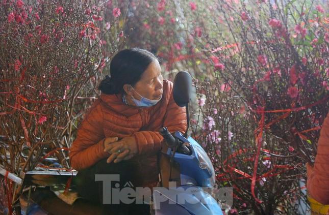 Người lao động, tiểu thương chợ hoa 'ngồi trên lửa' khi dịch COVID-19 bùng phát ảnh 6