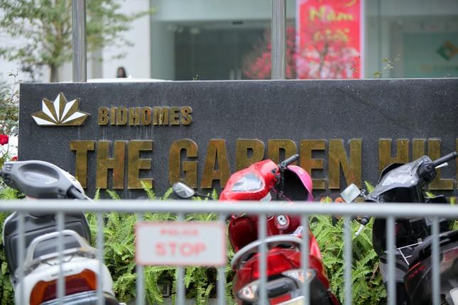 Hà Nội phong tỏa chung cư 1.200 hộ dân, tiến hành xét nghiệm ngay tại sảnh tòa nhà ảnh 2