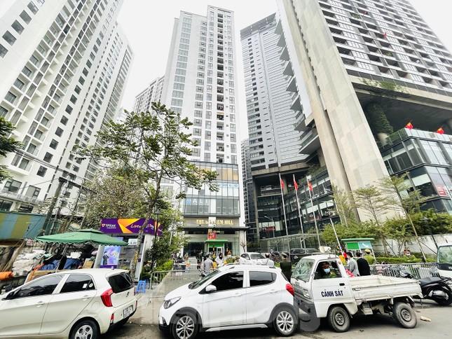 Hà Nội phong tỏa chung cư 1.200 hộ dân, tiến hành xét nghiệm ngay tại sảnh tòa nhà ảnh 1