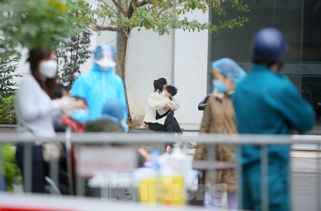 Hà Nội phong tỏa chung cư 1.200 hộ dân, tiến hành xét nghiệm ngay tại sảnh tòa nhà ảnh 5