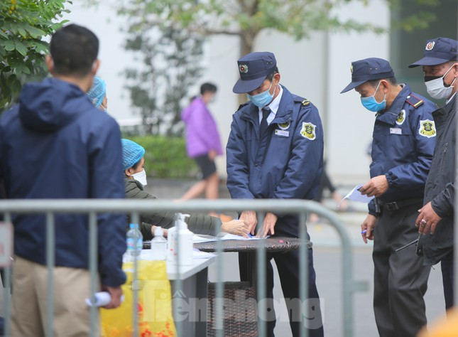 Hà Nội phong tỏa chung cư 1.200 hộ dân, tiến hành xét nghiệm ngay tại sảnh tòa nhà ảnh 3