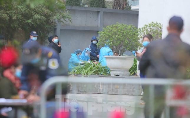 Hà Nội phong tỏa chung cư 1.200 hộ dân, tiến hành xét nghiệm ngay tại sảnh tòa nhà ảnh 4