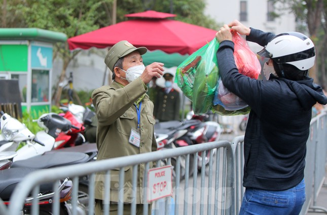 Hà Nội phong tỏa chung cư 1.200 hộ dân, tiến hành xét nghiệm ngay tại sảnh tòa nhà ảnh 7