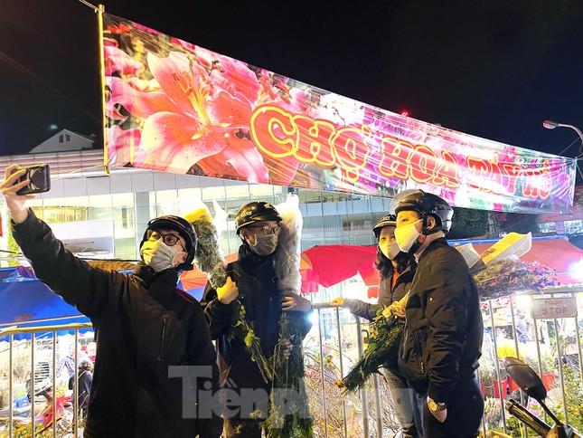Nhộn nhịp chợ hoa đêm Quảng Bá ngày 30 Tết ảnh 14