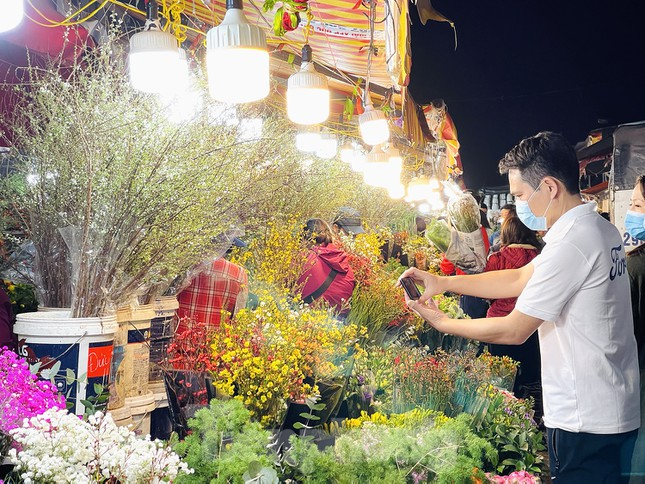 Nhộn nhịp chợ hoa đêm Quảng Bá ngày 30 Tết ảnh 8