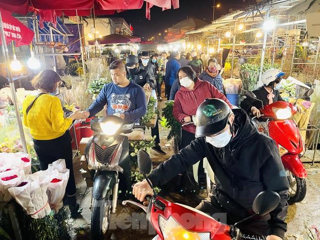 Nhộn nhịp chợ hoa đêm Quảng Bá ngày 30 Tết ảnh 2
