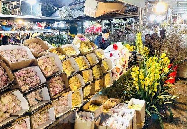 Nhộn nhịp chợ hoa đêm Quảng Bá ngày 30 Tết ảnh 11