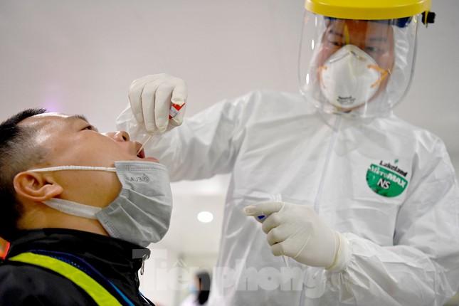 Trắng đêm xét nghiệm COVID-19 khẩn cấp cho 10.000 nhân viên sân bay Nội Bài ảnh 2
