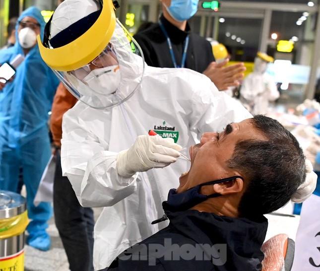 Trắng đêm xét nghiệm COVID-19 khẩn cấp cho 10.000 nhân viên sân bay Nội Bài ảnh 3