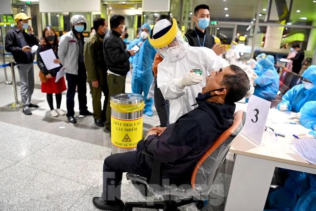 Trắng đêm xét nghiệm COVID-19 khẩn cấp cho 10.000 nhân viên sân bay Nội Bài ảnh 5
