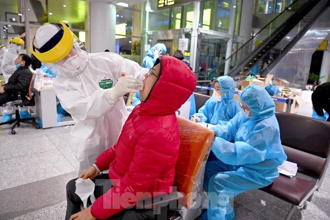 Trắng đêm xét nghiệm COVID-19 khẩn cấp cho 10.000 nhân viên sân bay Nội Bài ảnh 7