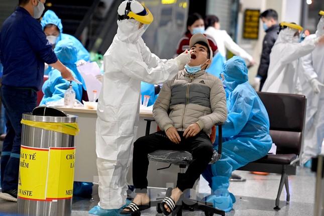 Trắng đêm xét nghiệm COVID-19 khẩn cấp cho 10.000 nhân viên sân bay Nội Bài ảnh 8