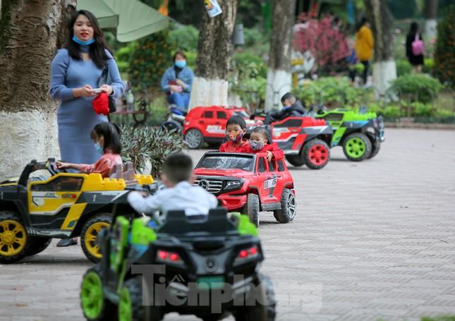 Công viên lâu đời nhất Hà Nội hút khách ngày mùng 3 Tết ảnh 5