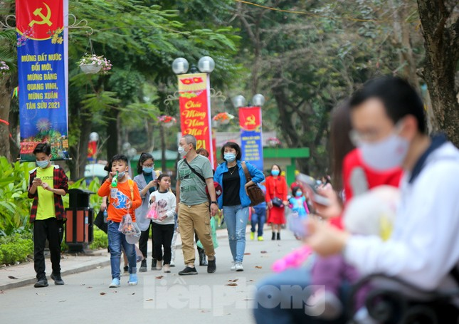 Công viên lâu đời nhất Hà Nội hút khách ngày mùng 3 Tết ảnh 1