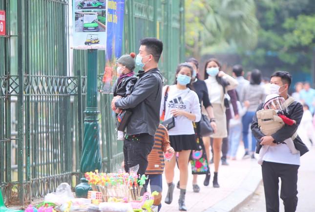 Công viên lâu đời nhất Hà Nội hút khách ngày mùng 3 Tết ảnh 11