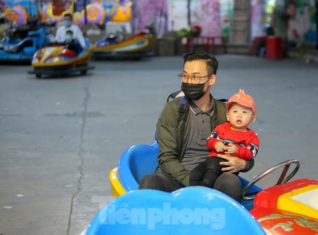 Công viên lâu đời nhất Hà Nội hút khách ngày mùng 3 Tết ảnh 4